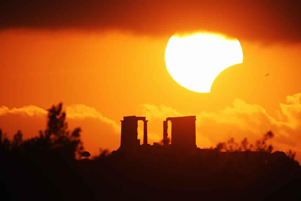 بدء ظاهرة كسوف الشمس في مختلف دول العالم