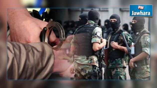 القبض على 3 أشخاص قاموا برسم مسدّس على جدار منزل والد وزير الداخلية